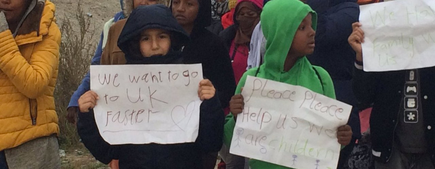 refugee-children-with-signs