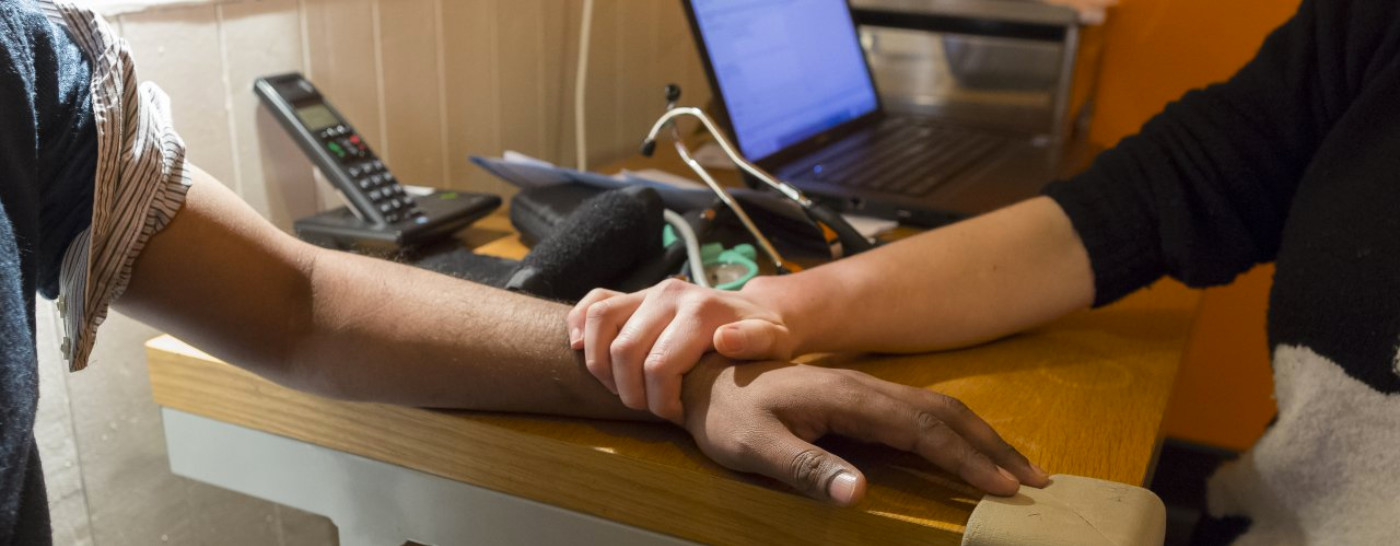 doctor-hand-holding-patient-wrist